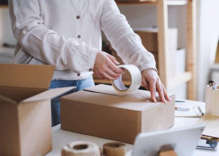 Przesyłki kurierskie w customer experience. Furgonetka w e-booku Marketer+